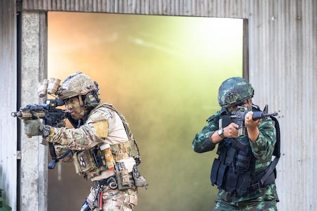 Żołnierze w siłach specjalnych, żołnierz armii w ochronnym mundurze bojowym posiadającym siły specjalne, karabin szturmowy, wojsko w ochronnym mundurze bojowym.