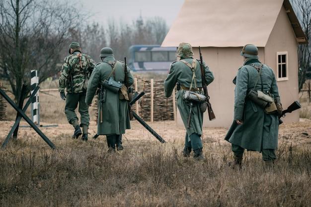 Żołnierze wehrmachtu przy odbudowie