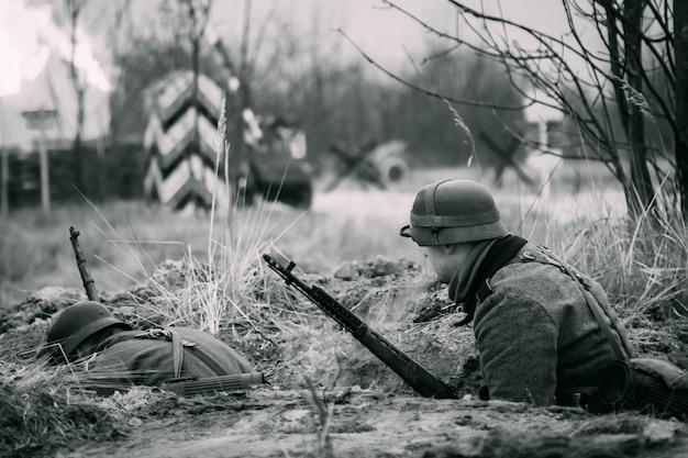 Żołnierze wehrmachtu w schronie ii wojny światowej