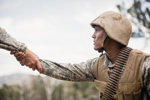 Żołnierze wojskowi podczas ćwiczeń na obozie treningowym