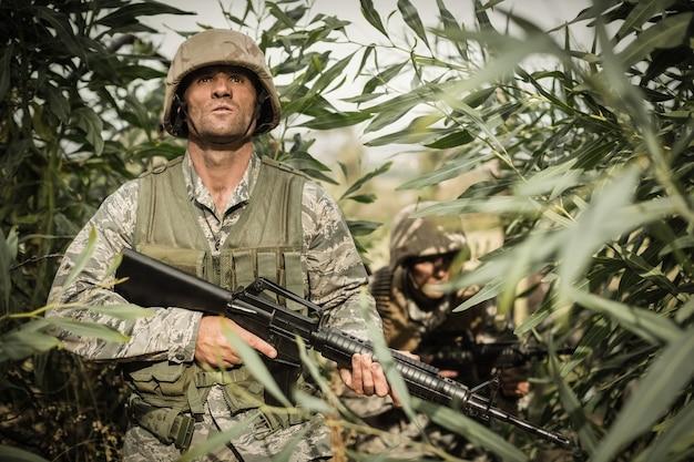 Żołnierze wojskowi podczas ćwiczeń z bronią na obozie treningowym