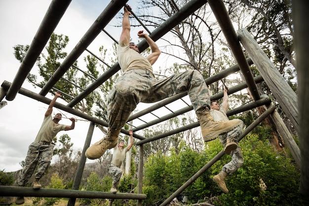 Żołnierze wspinający się po drabinkach