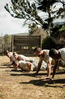 Żołnierze wykonujący pompki