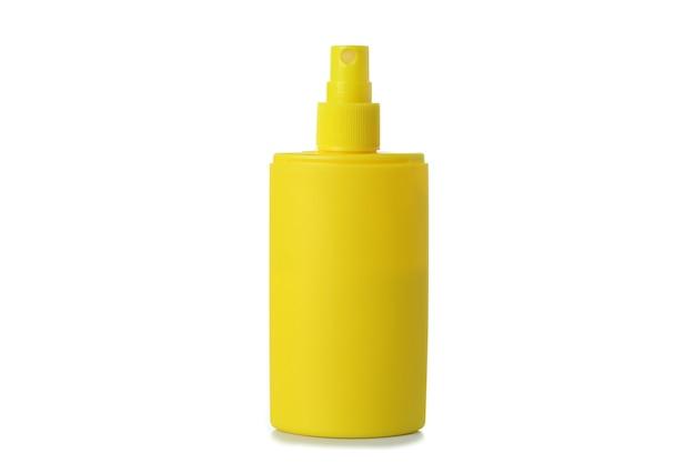 Żółta butelka ochrony przeciwsłonecznej na białym tle