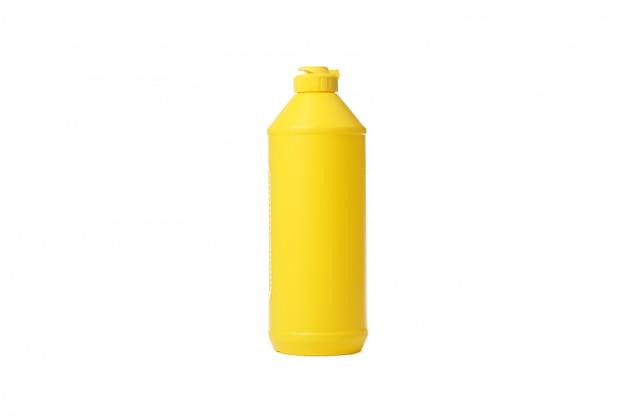 Żółta butelka z detergentowym cieczem odizolowywającym na bielu