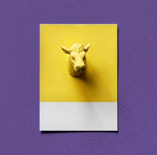 Żółta byk głowa na papierze
