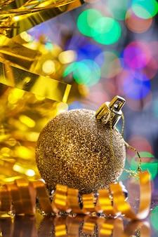 Żółta cacko świąteczne niewyraźne.