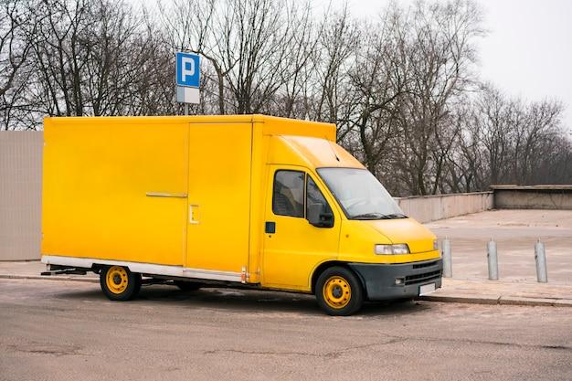 Żółta ciężarówka dostawy. uniwersalna furgonetka w mieście