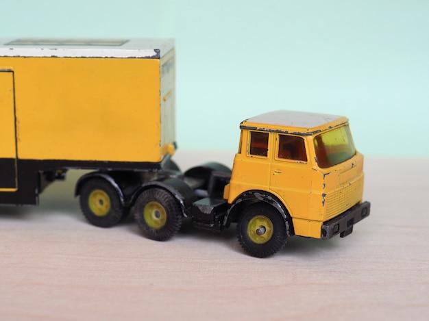Żółta ciężarówka z zabawkami
