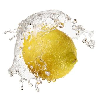 Żółta cytryna w pluśnięciu woda