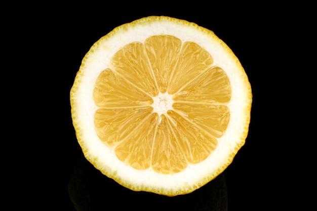 Żółta cytryna zbliżenie cięcia czarną powierzchnię