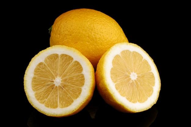 Żółta cytryna zbliżenie czarna powierzchnia