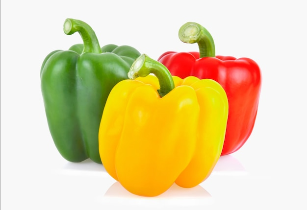 Żółta, czerwona i zielona słodka papryka na białym tle