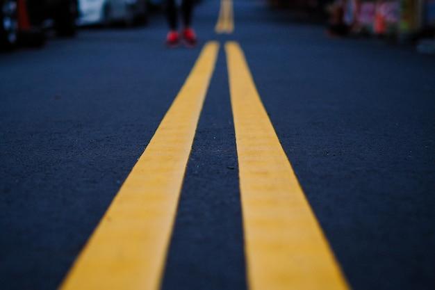 Żółta droga wykłada na czarnej ulicie