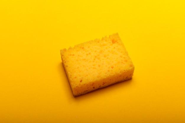 Żółta gąbka do czyszczenia w domu