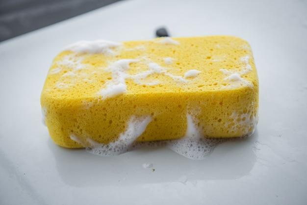 Żółta gąbka do mycia samochodu