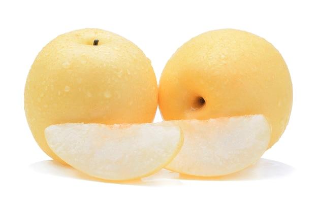 Żółta gruszka z kropli wody na białym tle