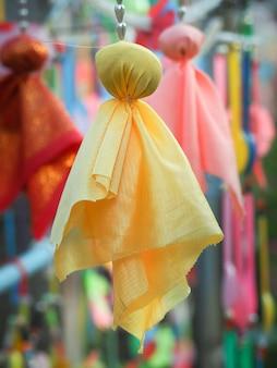Żółta japońska deszczowa lalka (teru teru bozu lub teriteribouzu) wisząca na modlitwę o dobrą pogodę. japońska tradycyjna lalka.