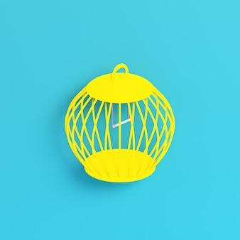 Żółta klatka dla ptaków na jasnoniebieskim tle w pastelowych kolorach
