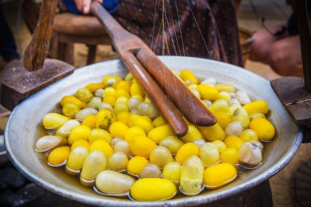 Żółta kokon z jedzeniem jedwabników przez jedwabną drogę, proces warzenia