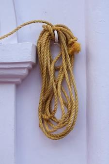 Żółta lina wisząca na ścianie