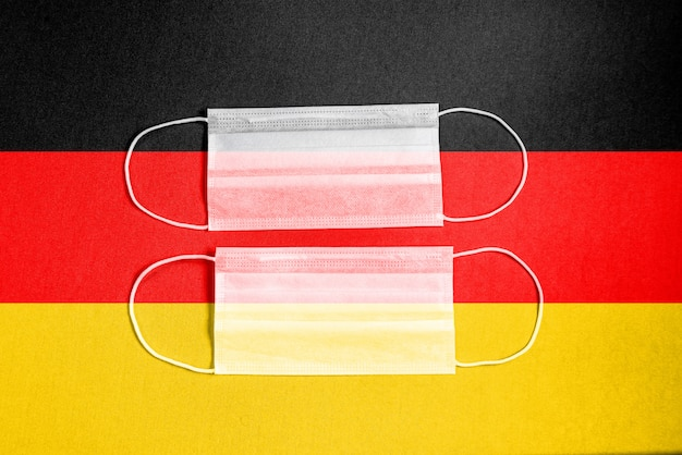 Żółta maska chirurgiczna z flagą niemiec