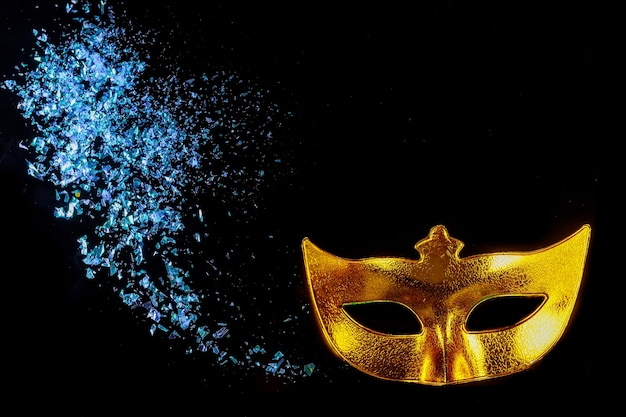 Żółta maska karnawałowa na maskaradę. święto żydowskie purim.