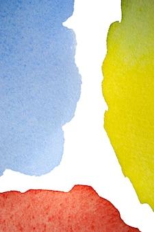 Żółta niebieska czerwona plama akwarelowa z pociągnięć pędzlem na białym tle