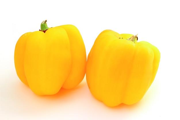 Żółta papryka słodka na białym tle jest izolowana