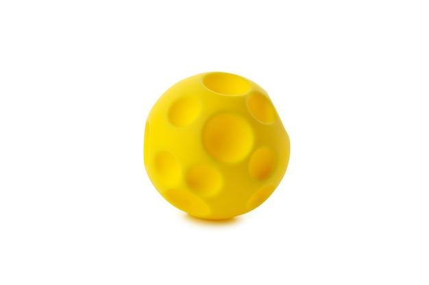 Żółta piłka na białym tle