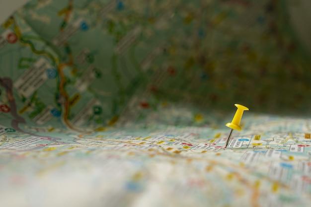 Żółta pinezka nad mapą