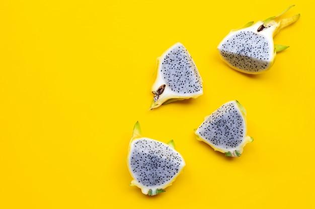 Żółta pitahaya lub owoc smoka.