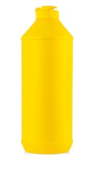 Żółta plastikowa butelka z płynnym detergentem do prania, środkiem czyszczącym, wybielaczem lub płynem do zmiękczania tkanin na białym tle