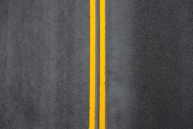 Żółta podwójna ciągła linia. oznakowania drogowe na asfalcie na ulicy manhattanu w nowym jorku
