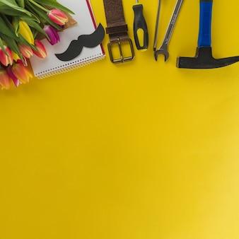 Żółta powierzchnia z elementów dekoracyjnych i miejsca na wiadomości