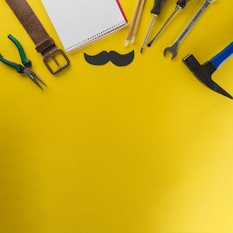 Żółta powierzchnia z różnorodnymi elementami na dzień ojca