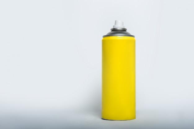 Żółta puszka sprayu do rozpylania na. brak napisów.