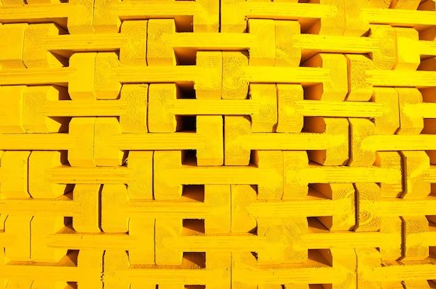 Żółta rama drewniana w palecie do konstrukcji monolitycznej