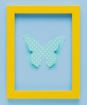 Żółta ramka na zdjęcia z polka kropkowane wycinanki 3d motyl