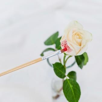 Żółta róża malowanie pędzlem