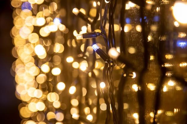 Żółta ściana wianek perspektywa zbliżenie nieostrość. świąteczny niewyraźne tło.