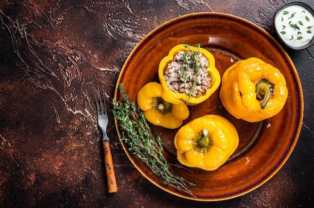 Żółta słodka papryka faszerowana mięsem, ryżem i warzywami