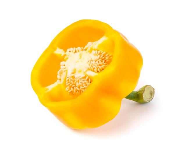 Żółta słodka papryka na białym tle