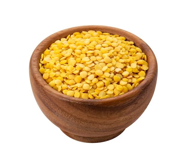 Żółta soczewica na białym tle