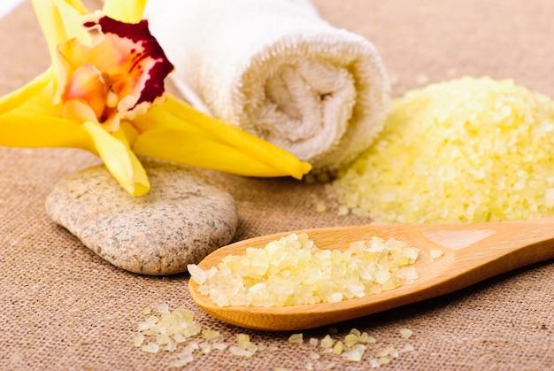 Żółta sól do kąpieli w drewnianej łyżce