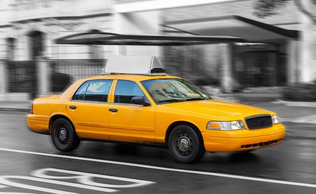 Żółta taksówka na manhattanie w deszczowy dzień.