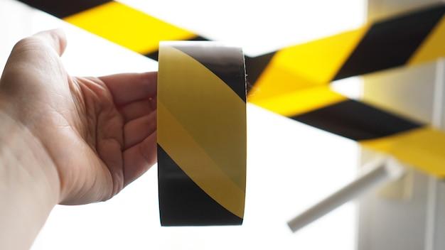 Żółta taśma koronawirusa zostań w domu. niebezpieczeństwo infekcji. kwarantanna