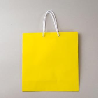 Żółta torba na zakupy jedno białe tło i miejsce na zwykły tekst lub produkt