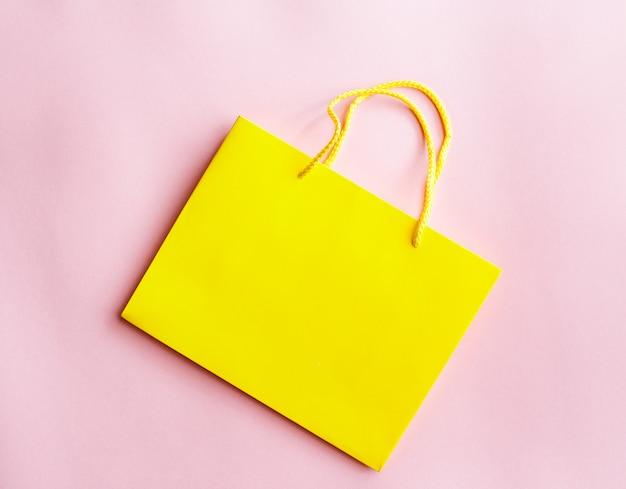Żółta torba na zakupy na białym tle