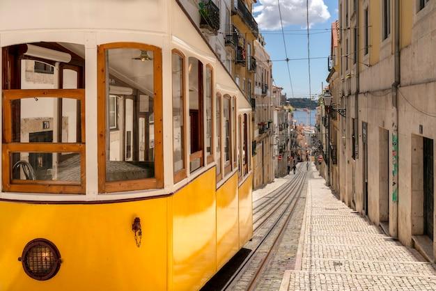 Żółta typowa winda w mieście lizbona w portugalii - bica elevator